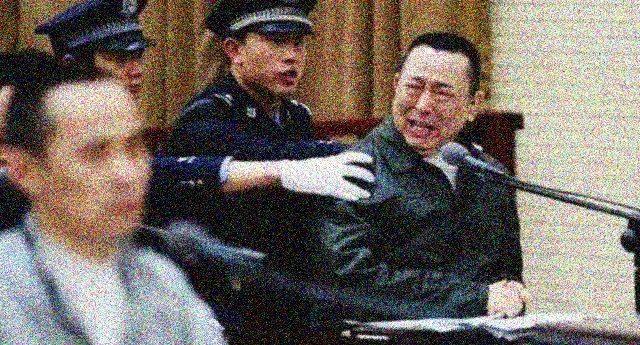 Politici corrotti in Cina: pena di morte! Ma se fanno i bravi e restituiscono tutto, se la cavano col carcere a vita! Con una legge così da noi in Parlamento resterebbero solo i grillini ed altri 3 o 4….