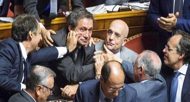 """Antonio Azzollini rinviato a giudizio. Nella foto (29 luglio 2015) i suoi complici (che qualcuno si ostina ancora a chiamare """"onorevoli"""") si complimentano dopo che, grazie al loro voto, aveva evitato l'arresto…"""