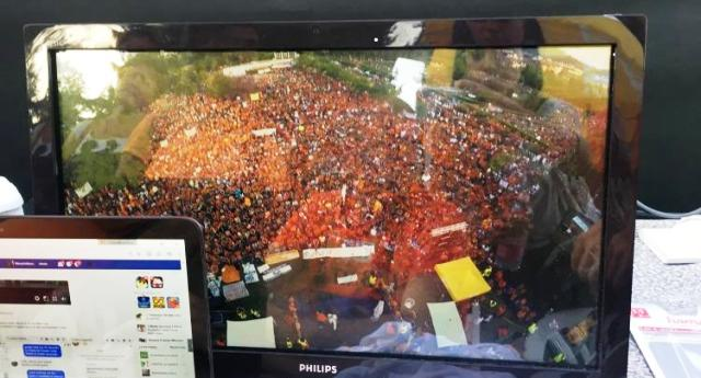 LA GRANDE CENSURA – Tutti i Tg hanno dato ampio risalto ai 2000 in piazza per la manifestazione animalista della Brambilla. Non una parola invece, niente di niente, per i 40.000 (QUARANTAMILA) in piazza a Pesaro contro i vaccini! QUESTO È FASCISMO!