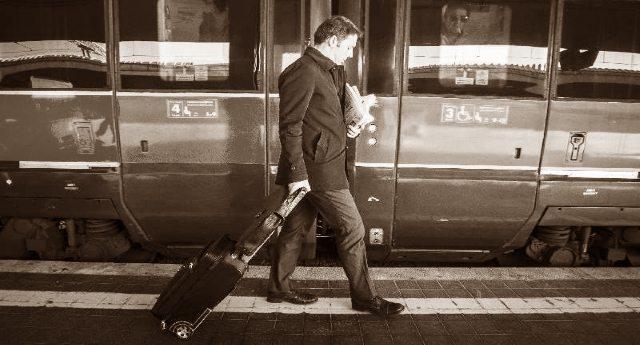 La svolta ecologista di Matteo Renzi – Ecco il treno che va a fischi, insulti, uova e arance…