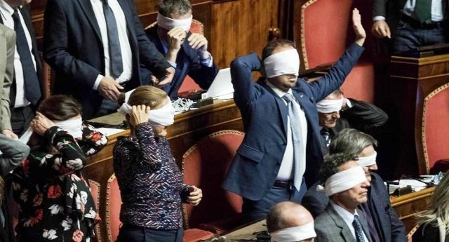 """Fiducia sulla legge elettorale? Prima del governo Renzi-Gentiloni (seconda fiducia in 3 anni) in Italia solo due precedenti molto, ma molto illustri: prima Mussolini e poi la cosiddetta """"legge truffa""""… Che dite, c'è da vergognarsi a votare questa gente?"""