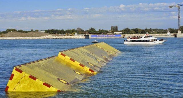 Addio Mose – Sta affondando sotto la marea burocratica, come sono affondati gli 8 miliardi che ci è costato. Ma non temete, il suo obiettivo primario è stato raggiunto: far mangiare tutti gli sciacalli che ci giravano intorno!