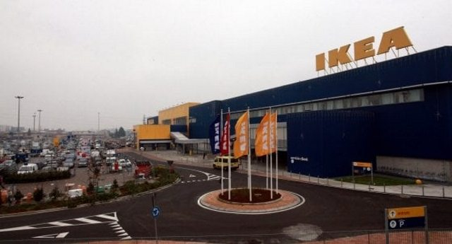 Ikea Milano – Madre separata con figli piccoli licenziata perché non rispetta i turni. Solo i colleghi scioperano per solidarietà. A tutti gli altri Italiani non frega niente. Perché gli Svedesi sono pezzi di me… solo quando ci battono a calcio!