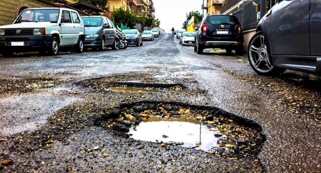 """Roma, le buche nelle strade? Sono state scavate da 20 anni di tangenti incassate dai politici che facevano i loro porci comodi …Ma per i media del regime (lo stesso """"regine"""" che incassava le tangenti) la colpa è della Raggi!"""