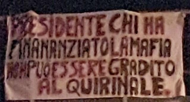 """Capaci, lo striscione contro Berlusconi dove fu ucciso Falcone: """"Ha finanziato la mafia. Non può essere gradito al Quirinale"""""""