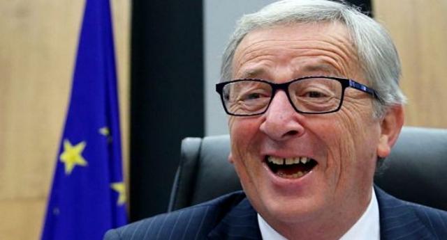 """Juncker: """"I governi non devono ascoltare gli elettori"""" – Queste cose le puoi dire se: a) hai bevuto troppo – b) sei un idiota – c) non hai capito una mazza della """"democrazia"""" …Ma se lo dice Juncker, le tre cose possono coincidere!"""