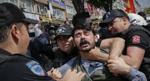 La Turchia che non si arrende – scende in piazza e sfida Erdogan cantando Bella Ciao