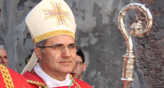 Fa piacere poterVi dare, ogni tanto, anche una bella notizia – Ecco l'arcivescovo di Palermo che prega in piazza contro l'omofobia!
