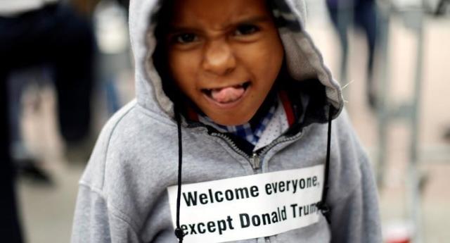 Trump not welcome: la protesta del piccolo rifugiato contro il miliardario xenofobo