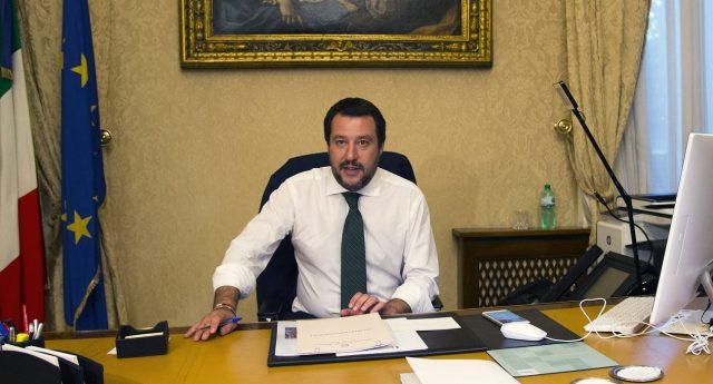 """L'annuncio di Salvini: """"Soldi sequestrati alle mafie per combattere abusivi e massaggiatori in spiaggia"""" …dico a TE, coglione disoccupato che forse stasera non riuscirai a mettere il piatto a tavola: il TUO problema, secondo Salvini, sono i massaggiatori in spiaggia! Ma veramente non ti senti preso per il culo?"""