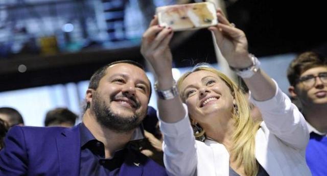 Caro Salvini, Cara Meloni. Sono uno di quei coglioni che ha pietà per i migranti che crepano… Ora ho una domanda per voi: …E perché non vi portate gli italiani in difficoltà a casa vostra?