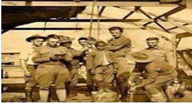 """Per la serie """"Aiutiamoli a casa loro"""" – Nella foto risalente al 1908: funzionari coloniali belgi stanno per impiccare un bambino di 8 anni. La sua colpa? Suo padre non ha raccolto una quantità sufficiente di grano!"""