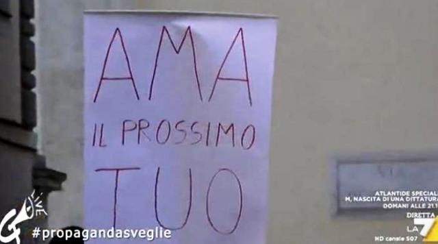 """Al comizio di Salvini con un cartello con scritto """"Ama il prossimo tuo"""": picchiato e portato via a forza… Questi sono fortunati che quel fesso che andava dicendo queste stupidaggini è morto 2000 anni fa…"""