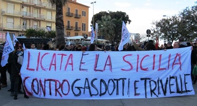 La strana informazione in Italia, serva del capitalismo liberista – Grande risalto mediatico della manifestazione pro-TAV, ma assoluto silenzio sulla manifestazione contro le trivelle di Licata …mica i giornalisti possono deludere i loro padroni politico-capitalisti