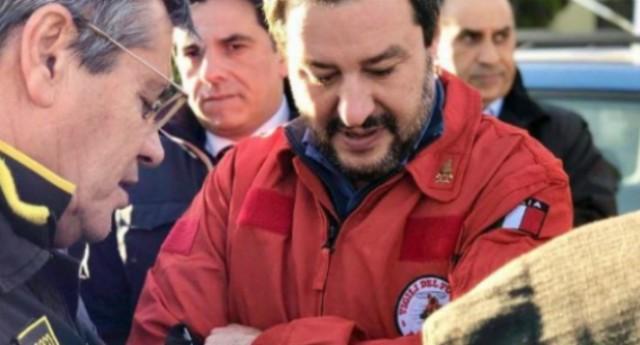 """Matteo Salvini – I Vigili del Fuoco lo denunciano per """"porto abusivo di divisa""""…!"""