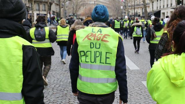 Ma noi siamo Italiani… I Gilet Gialli francesi sono 13 settimane che mettono a ferro e fuoco il Paese. I Gilet Gialli Italiani? Manifestazione a Roma, si presentano solo in due…!