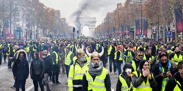 Forse non ci avete fatto caso, ma in Francia i gilet gialli sono scesi in piazza a protestare quando la benzina è arrivata a € 1,50 al litro. Da noi ha raggiunto i 2 €, ma il massimo dell'incazzatura ce la prendiamo per l'eliminazione del nostro vip dal Grande Fratello…! – AGGIORNAMENTO: LA BENZINA HA TOCCATO € 2,20, MA QUI ANCORA TUTTO TACE…