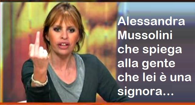 """La Mussolini insulta la Raggi su social: """"Sei spazzatura"""" …Ora, una fascista, che porta un cognome tanto vergognoso, che si tiene in casa un marito abituale frequentatore di prostitute minorenni, che è stata dalla parte del pregiudicato di Arcore, che viene definita vajassa dai suoi conterranei, credo che prima di parlare della Raggi, si debba proprio sciacquare la bocca per bene…!"""