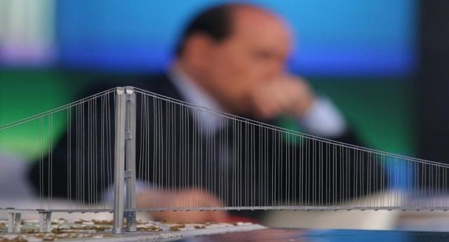 Ma sono idioti o pensano veramente che lo siamo noi? Forza Italia propone ancora il ponte sullo stretto. L'ultima volta che il buffone di Stato, Silvio Berlusconi, ci costruì intorno la sua campagna elettorale, a noi ci è costato 1 miliardo di Euro di penali per non avere niente…!