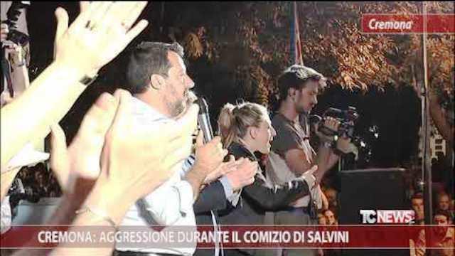 """Cremona, 3 giugno 2019, Anno II dell'era Salvini – Pestato durante il comizio per aver contestato (una sciarpa con scritto """"Ama il prossimo tuo"""") mentre dal palco Salvini lo prendeva in giro – Insomma, siamo arrivati a questo!"""