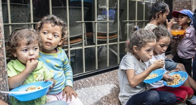 Una strage di cui nessuno parla – Venezuela, 40.000 morti sotto le sanzioni Usa in un solo anno. I cittadini in media hanno perso 11 chili di peso a testa, ma i media di tutto il mondo, Italia compresa, chiudono gli occhi…!