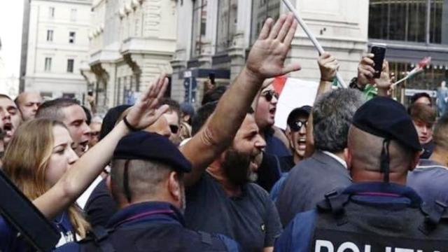 Fascisti con Salvini e Meloni, l'ignoranza in piazza