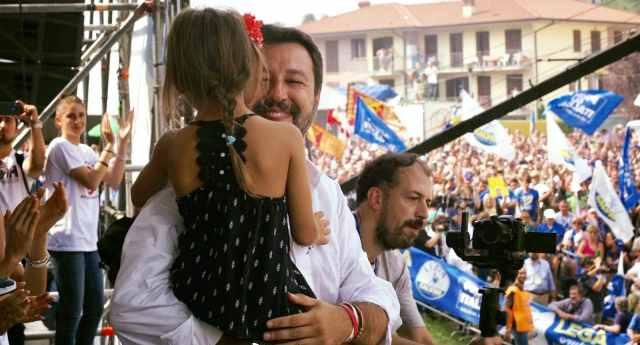 """Salvini porta sul palco di Pontita una bambina di Bibbiano. La Lucarelli lo sputtana: prima gli ricorda """"non era lui quello che 'i bambini vanno tenuti fuori dalla politica?' Vale solo per i suoi sulle moto d'acqua?"""", poi scopre che la bimba di Pontida con Bibbiano non centra niente…!"""