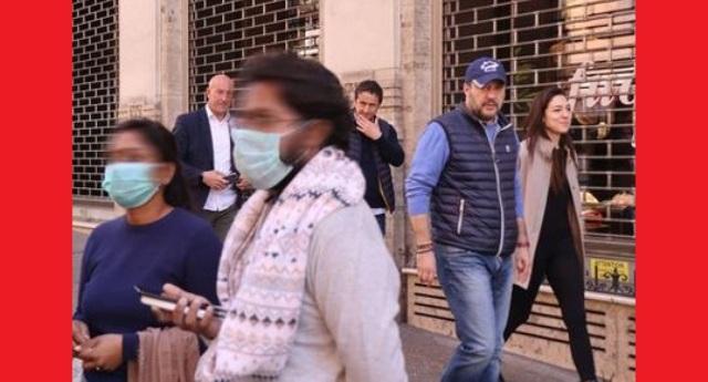 """Eccolo il vostro """"capitano"""" – Assenza assoluta di senso civico e rispetto degli altri – Passeggia amabilmente per le strade di Roma mano nella mano con la compagna. Senza mascherina, senza alcuna cautela e soprattutto senza vergogna!"""