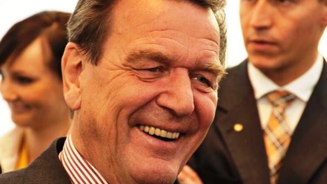 """Lo sfogo di Schröder """"Siamo stati aiutati, molto, dopo la guerra che abbiamo provocato noi – La Germania renda l'aiuto che ebbe"""" – Così l'ex cancelliere tedesco ha chiesto alla sua Germania di essere solidali con gli altri Paesi in questo grave momento di crisi…"""