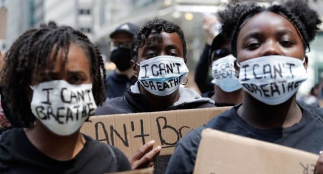 """""""Non riesco a respirare"""", piangono i manifestanti statunitensi. Ma il mondo intero è stufo del ginocchio americano al collo"""