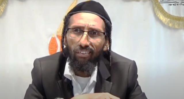 """Anno Domini 2020, il rabbino ultra-ortodosso Baruch Gazahay: """"le donne che espongono il proprio seno si reincarnano come mucche. Ma non solo. Questo è uno delle cause del cancro al seno. Perché gli occhi di tutti sono su di loro, e questo dà loro il malocchio"""""""