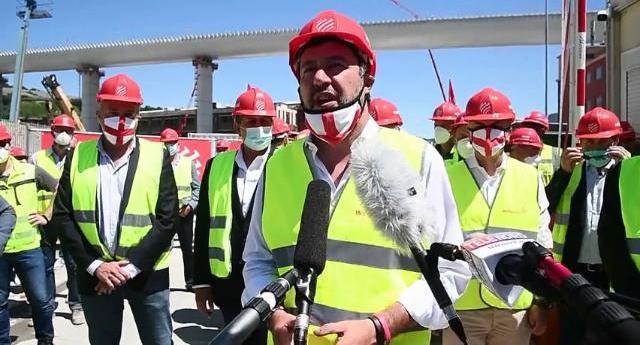 Salvini travestito da lavoratore (sì, da lavoratore!) e la sua ignobile passerella propagandistica sui cadaveri delle 43 vittime del ponte Morandi, con tanto di figuraccia bestiale…