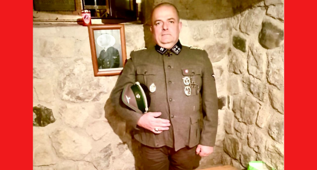 Il consigliere di FRATELLI D'ITALIA che posa in divisa da SS vicino alla foto di Hitler… E questa gente ha il 15% dei voti degli Italiani…